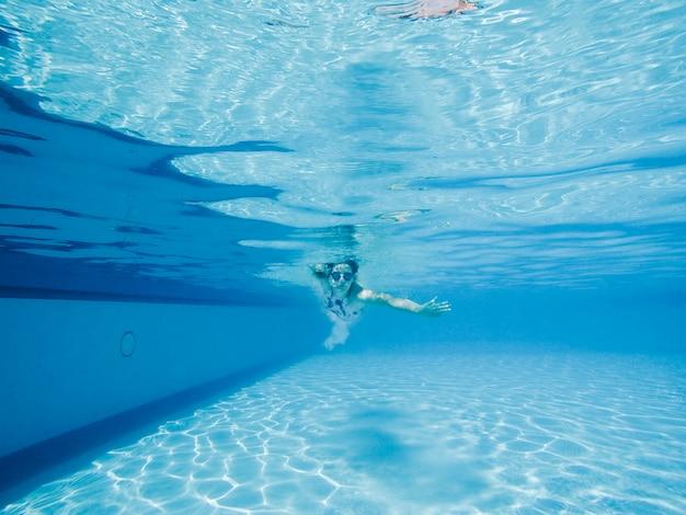 수영장에서 다이빙하는 여자