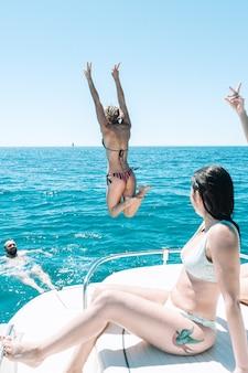 물 속으로 다이빙하는 여자 스톡 사진