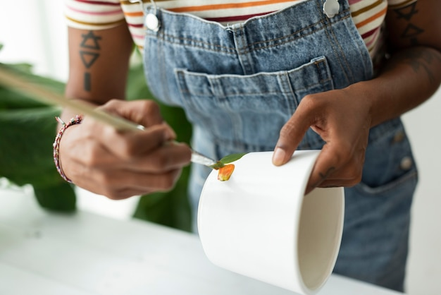 Hobby di pittura in vaso fai da te per donna a casa