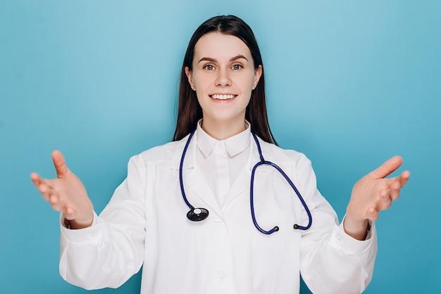 Женщина-врач в клинике приветствует пациента и сообщает хорошие новости