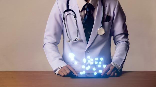 スマートデバイス、現代医療の概念に手をつないでいる女医師