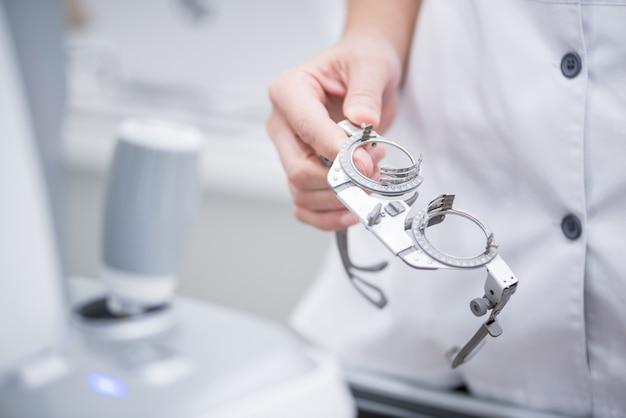 Женщина-врач держит в руках оптические тестовые линзы для проверки зрения. медицинская концепция