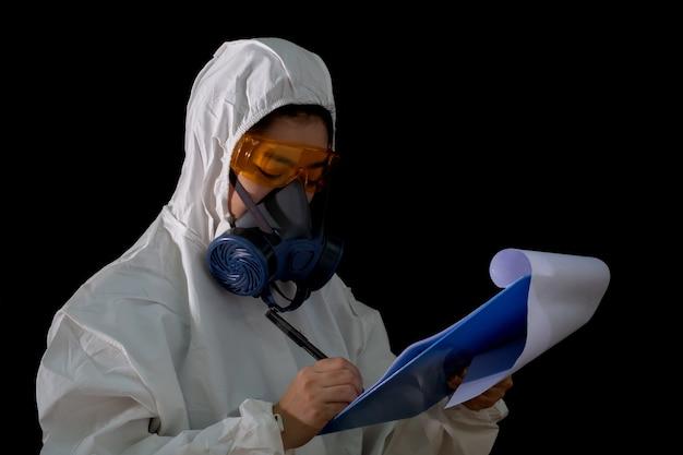 Женщина-врач в химической защитной одежде и противогазовой маске в очках