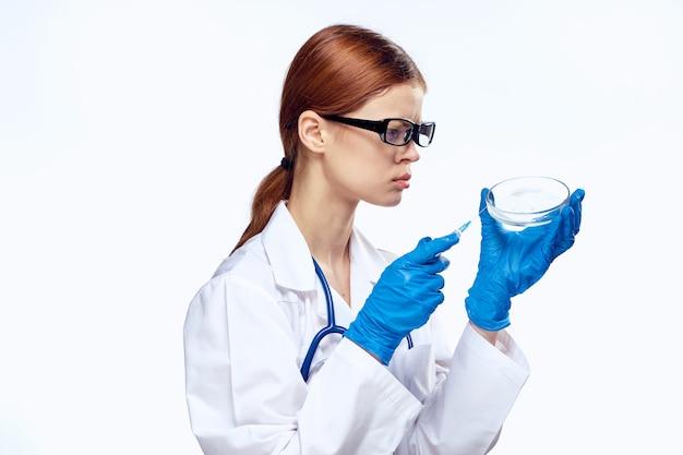 Женщина-врач в медицинском халате