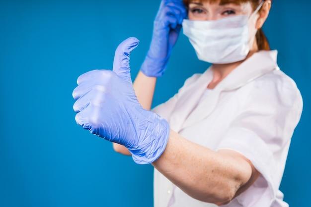 마스크를 쓴 파란 장갑을 낀 여의사는 결과에 만족하며 미소를 짓고 있다