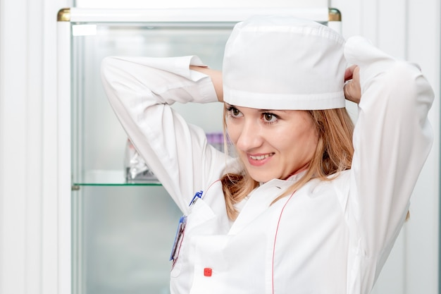 医療帽をかぶる白衣の女医