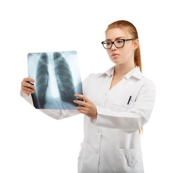 女医が胸と背骨のレントゲン写真を検査します