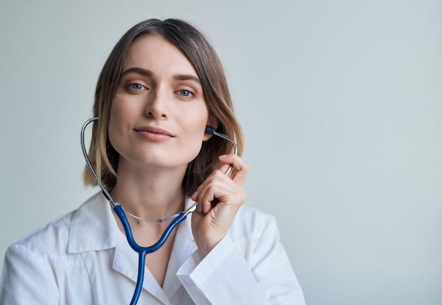 Женщина врач фотоскоп кардиолог специалист профессии