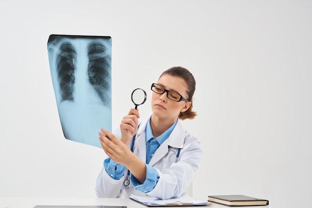 여자 의사 방사선과 엑스레이 진단 폐 치료. 고품질 사진