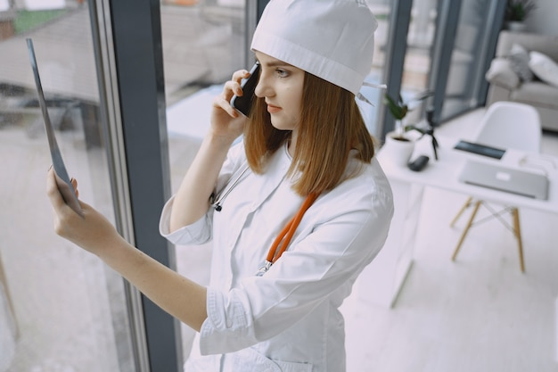Medico della donna con le camice in ospedale
