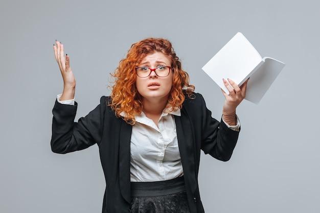 Женщина не понимает книгу