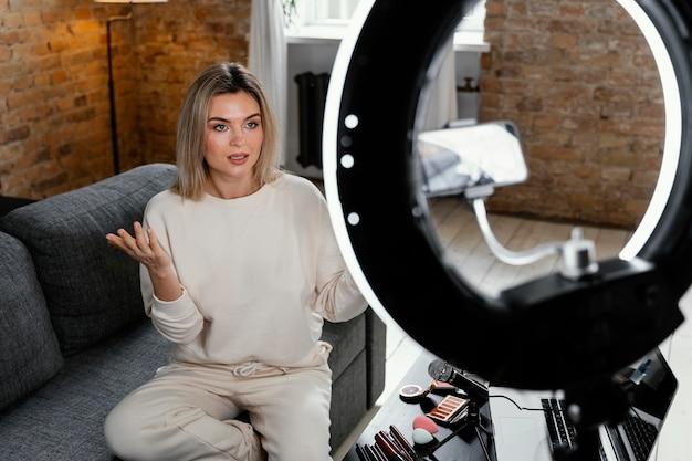 Женщина делает красоту видеоблог дома