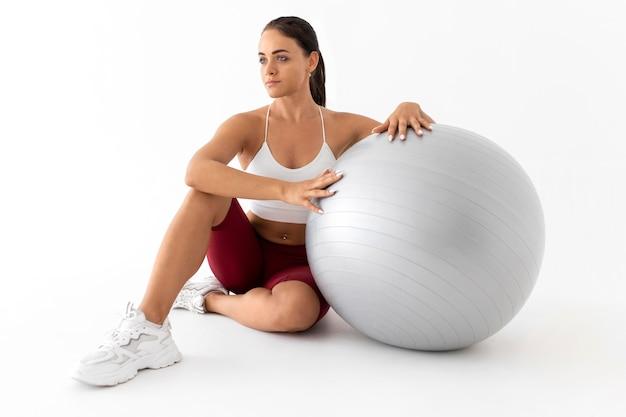 Женщина делает фитнес-упражнения