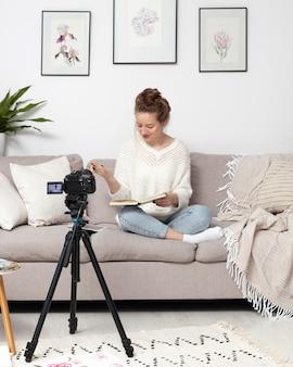 Женщина делает видеоблог дома
