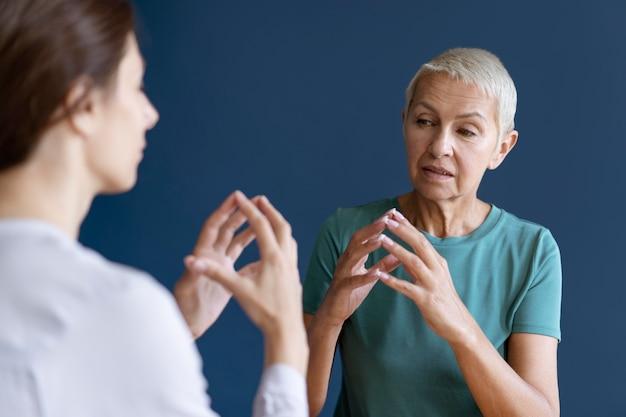 Женщина делает сеанс трудотерапии с психологом