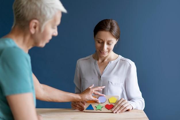 심리학자와 작업 치료 세션을 하는 여성