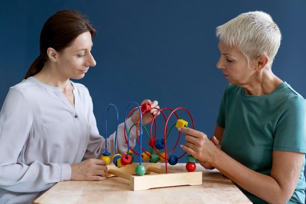 心理学者と作業療法セッションをしている女性