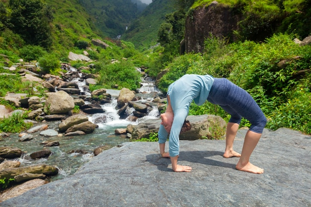 Женщина выполняет аштанга виньяса йога асана урдхва дханурасана - вверх