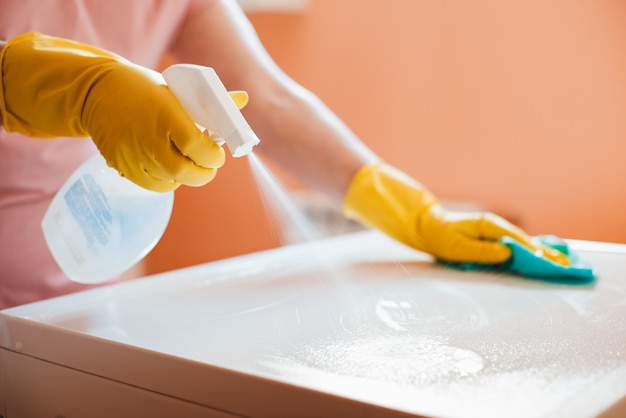 家の浴室で雑用をしている女性、表面を掃除する