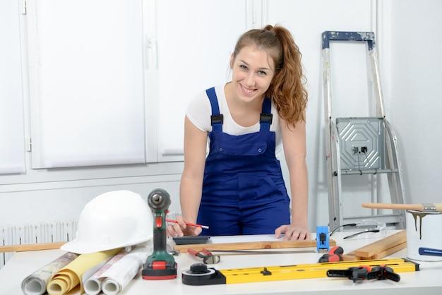 自宅でdiyの仕事をしている女性