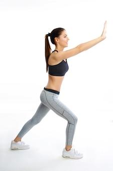 Женщина делает упражнения, изолированные на белом фоне