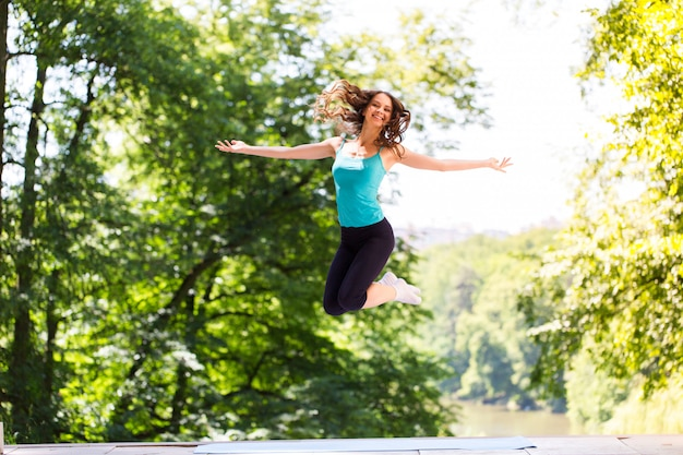 Женщина делает упражнения на открытом воздухе
