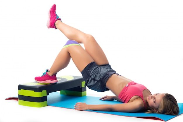 매트에 누워 다리 운동을하는 여자
