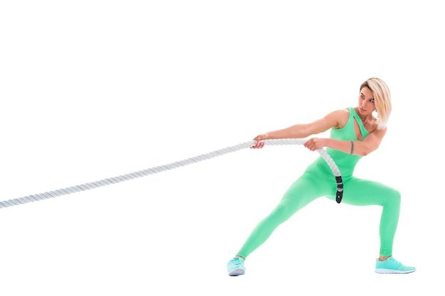 Женщина делает упражнения с веревкой