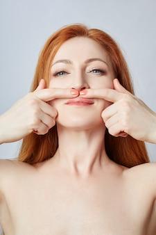 顔のマッサージ、体操、マッサージライン、プラスチックの口目と鼻をしている女性。しわや肌の若返りに対するマッサージ技術。 、4月