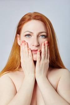 フェイシャルマッサージ、体操、マッサージライン、プラスチック製の口の目と鼻をしている女性。シワや肌の若返りに対するマッサージテクニック。ロシア、スヴェルドロフスク、2019年4月12日