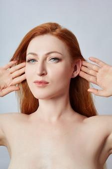 顔のマッサージ、体操、マッサージライン、プラスチック製の口目と鼻をしている女性。しわや肌の若返りに対するマッサージ技術。
