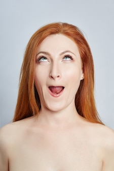 Женщина делает массаж лица, гимнастику, массажные линии и пластиковые глаза и нос. техника массажа против морщин и омоложения кожи