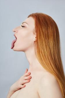 顔のマッサージ、体操、マッサージライン、プラスチックの口の目と鼻をしている女性。
