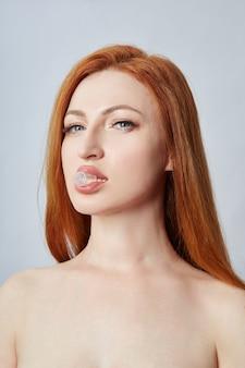 フェイシャルマッサージ、体操、マッサージライン、プラスチック製の口の目と鼻をしている女性。