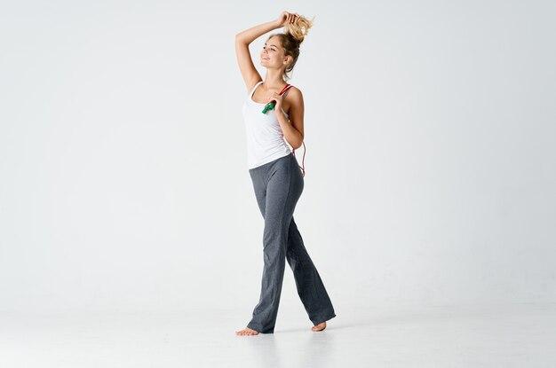 縄跳びの運動をするフィットネスエネルギーをしている女性
