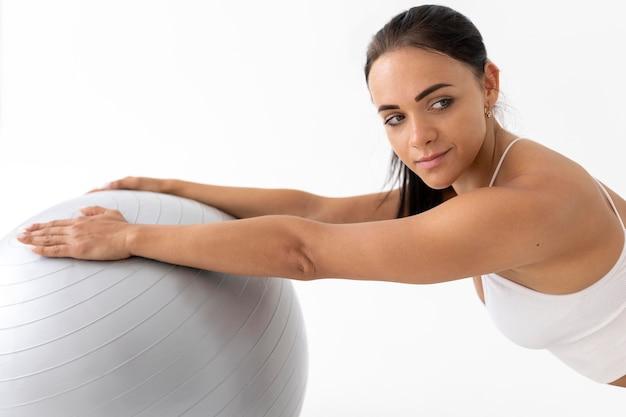 Donna che fa un esercizio di fitness