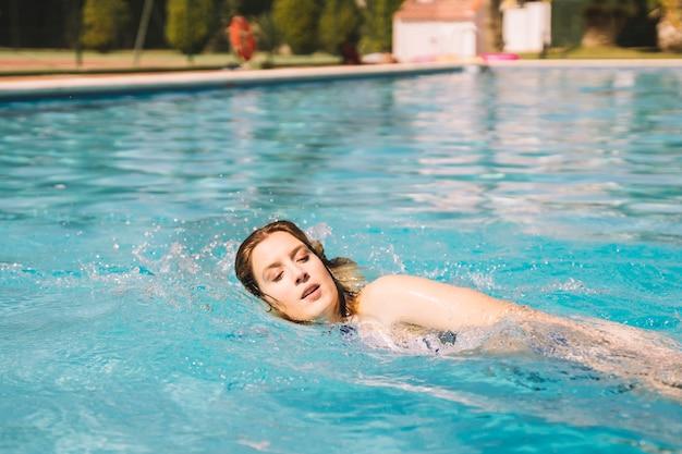 Donna, fare, fronte, strisciare, nuoto