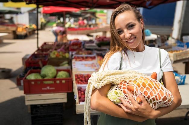 Женщина делает покупки продуктов с копией пространства