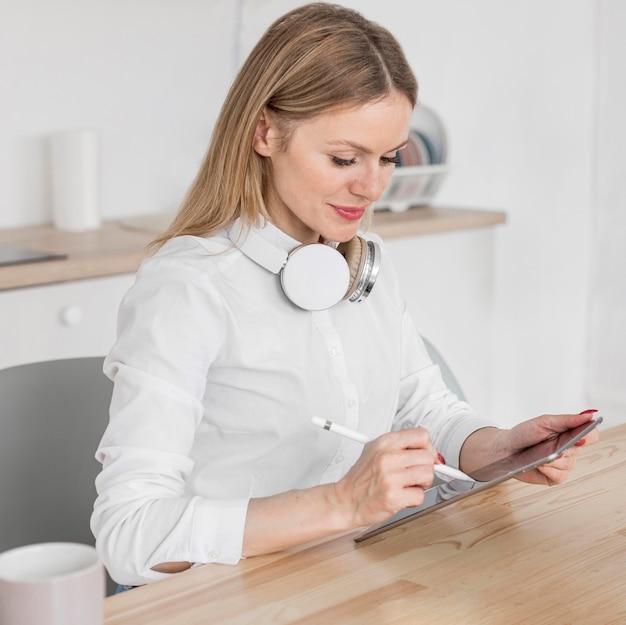 그녀의 태블릿에 그녀의 수업을하는 여자