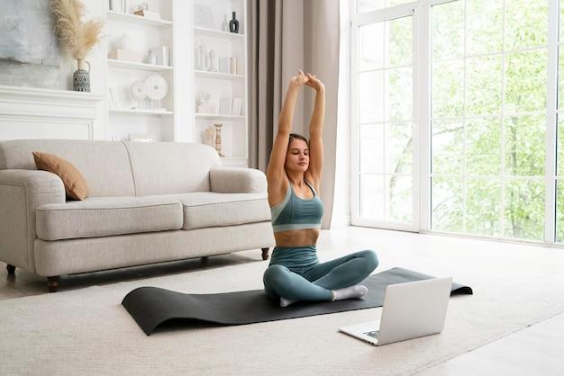 Женщина делает свою тренировку дома