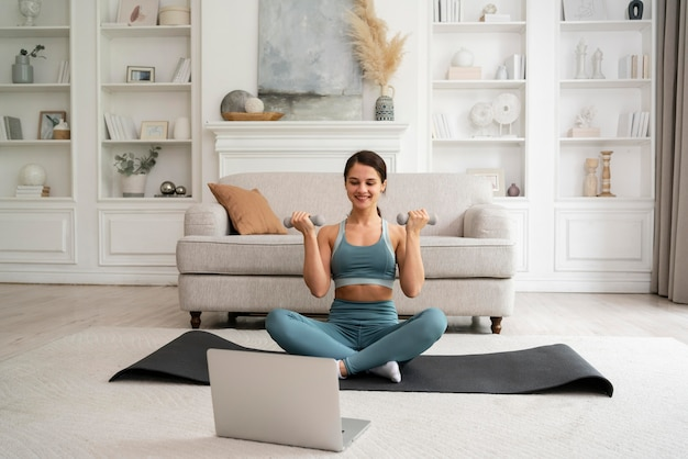 自宅でトレーニングをしている女性