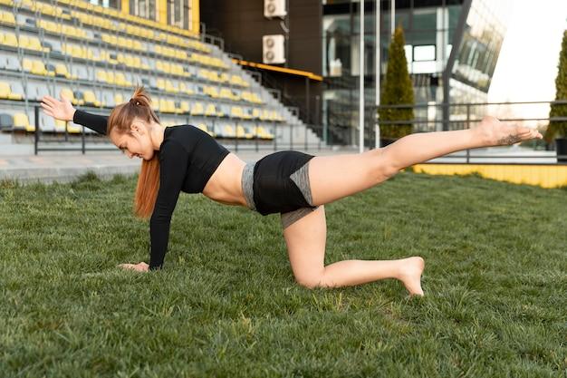 야외에서 혼자 그녀의 운동을하는 여자