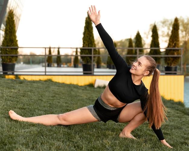 야외에서 그녀의 운동을하는 여자