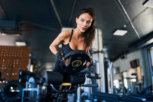 ジムで過伸展運動をしている女性