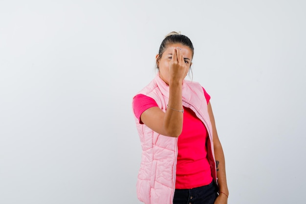イタリアのジェスチャーをしている女性、tシャツのばかげた質問に不満、ベスト正面図