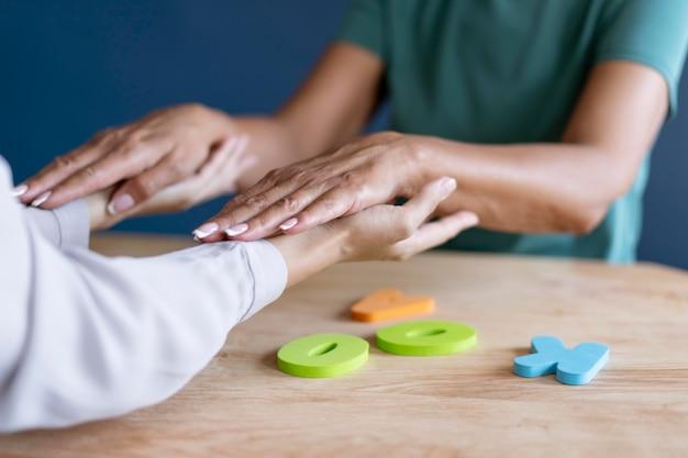 Donna che fa una sessione di terapia occupazionale con uno psicologo