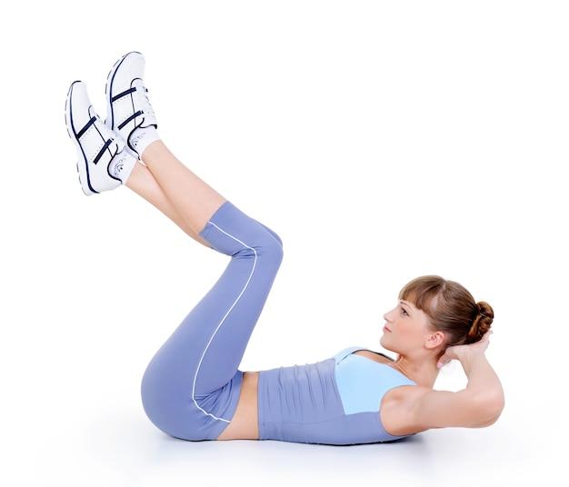 Женщина делает физические упражнения