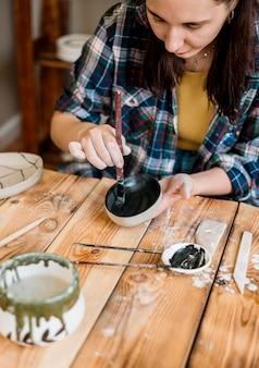 Donna che fa un capolavoro di ceramica