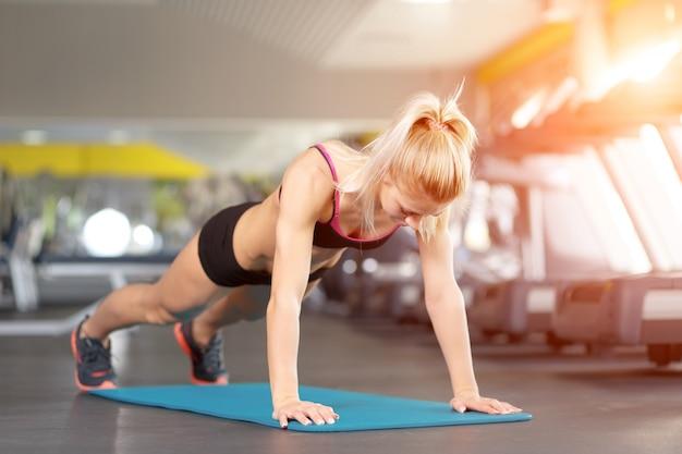 Woman doing pushupsv
