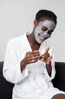 Donna che fa un trattamento di cura personale a casa